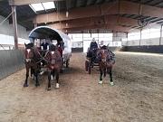 Mareike und Romina mit ihren Kutschen